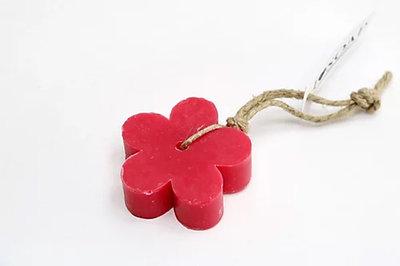 zeep bloem aan touw rode vruchten